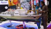 Pengunjung melihat miniatur kapal di pameran Indonesia Business and Development Expo (IBD Expo) di Jakarta, Rabu (20/9). Pameran IBD Expo berlangsung dari 20-23 September 2017. (Liputan6.com/Angga Yuniar)