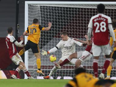 Gelandang Wolverhampton Wanderers, Daniel Podence dari Wolverhampton Wanderers (kedua kiri) mencetak gol kedua untuk timnya ke gawang Arsenal pada pekan kesepuluh Liga Inggris di Emirates Stadium, London, Minggu (29/11/2020). Arsenal takluk 1-2 dari Wolverhampton Wanderers. (Catherine Ivill/Pool via