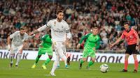 Kapten Real Madrid, Sergio Ramos melakukan tendangan penalti untuk mencetak gol ke gawang Leganes pada pekan ke-11 La Liga 2019-2020 di Santiago Bernabeu,, Rabu (30/10/2019). Real Madrid tanpa ampun menghajar tamunya Leganes, 5-0. (AP/Bernat Armangue)