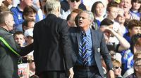 Arsene Wenger beradu argumentasi dengan Chelsea di tengah pertandingan Arsenal kontra Chelsea, di Stadion Stamford Bridge, London (5/10/2014).  (EPA/Andy Rain)