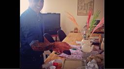 Farah Quinn dan Fabio Cannavaro juga menyempatkan diri memasak makanan khas Italia. (instagram.com/farahquinnofficial)