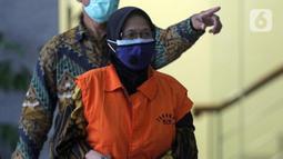 Andririni Yaktiningsasi bersiap menjalani rilis penetapan penahanan di Gedung KPK, Jakarta, Jumat (3/9/2021). Andririni Yaktiningsasi merupakan tersangka dugaan korupsi terkait pengadaan pekerjaan jasa konsultasi di Perum Jasa Tirta II tahun 2017. (Liputan6.com/Helmi Fithriansyah)