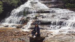 """Pemeran film """"Crazy Love"""" saat berkunjung di Katoomba Falls, Australia. Nampaknya, wanita berusia 22 tahun ini suka dengan wisata alam. (Liputan6.com/IG/tatjanasaphira)"""