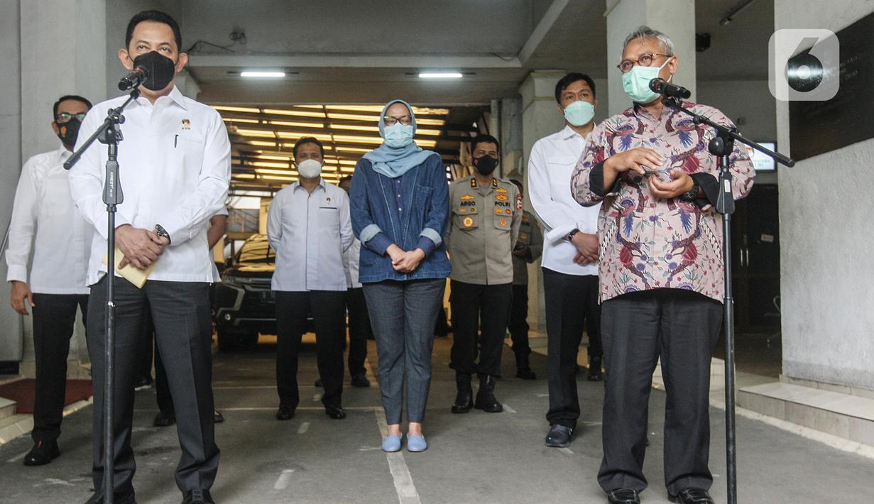 Ketua KPU Arief Budiman (kanan) bersama Kabareskrim Polri Komjen Pol Listyo Sigit Prabowo memberikan keterangan pers  usai pertemuan di Gedung KPU, Jakarta, Kamis (3/12/2020). Pertemuan itu membahas persiapan keamanan jelang Pilkada serentak 9 Desember mendatang. (Liputan6.com/Johan Tallo)
