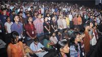 Beberapa orang yang tak berdisi saat lagu kebangsaan India diputarkan di bioskop. (BS Prasannan)