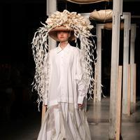 Model mengenakan topi dan hiasan kepala unik saat memeragakan koleksi Musim Semi-Musim Panas 2019 di Milan Fashion Week, Milan, Italia, Jumat (21/9). Milan Fashion Week berlangsung pada 19 September hingga 25 September 2018. (AP Photo/Antonio Calanni)