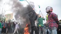 Aksi unjuk rasa ribuan mahasiswa yang menolak Undang-Undang Omnibus Law Cipta Kerja di Gorontalo berujung ricuh. (Liputan6.com/Arfandi Ibrahim)