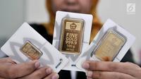 Wujud  emas  batangan yang dijual di gerai PT Aneka Tambang TBK (Antam), Jakarta, Senin (24/6/2019). Harga emas Antam naik Rp 3.500 per gram menjadi Rp 702.500 ribu per gram dari sebelumnya Rp 699 ribu per gram. (merdeka.com/Iqbal Nugroho)