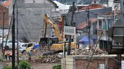 Petugas mengoperasikan alat berat membongkar bangunan permukiman di kawasan Rawa Bunga, Jakarta, Rabu (13/3). Pembongkaran bangunan dilakukan untuk lahan pembangunan  Tol Becakayu seksi 1a rute Casablanca-Cipinang Melayu. (merdeka.com/Iqbal S. Nugroho)