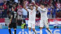Selebrasi pemain Spanyol, Mikel Oiarzabal dan Alvaro Morata usai menjebol gawang Kroasia dalam babak perpanjangan waktu pertandingan 16 besar Piala Eropa 2020 di Parken stadium, Denmark, Senin (28/6/2021). (Foto: AP/Pool/Martin Meissner)