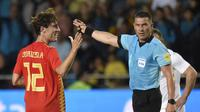 Bek Timnas Spanyol, Álvaro Odriozola (kiri) memperlihatkan ekspresi gembira usai merobek jala Swiss, pada laga persahabatan di Stadion La Ceramica, Senin (4/6/2018) dini hari WIB.  (AFP / Jose Jordan)