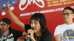 Personel Orkes Moral Pengantar Minum Racun memberi keterangan jelang konser bertajuk 'Gue2', Jakarta, Jumat (3/2). Dalam kampanye rakyat Ahok-Djarot, musisi papan atas Indonesia akan menggelar konser bertajuk #KonserGue2. (Liputan6.com/Immanuel Antonius)