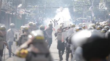Massa Aksi dan Polisi Bentrok di Petamburan