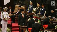 Presiden Joko Widodo disaksikan Ketua DPD RI Oesman Sapta Odang dan Wakil Ketua DPR Fadli Zon bersiap menandatangani Nota Keuangan dan RAPBN 2018 di Kompleks Parlemen, Senayan, Jakarta, Rabu (16/8). (Liputan6.com/Johan Tallo)