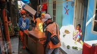 Sejumlah petugas membantu warga untuk memindahkan barang-barangnya setelah Pemprov DKI memberikan SP2 untuk segera mengosongkan dan meninggalkan rumah mereka di kawasan Pasar Ikan, Penjaringan, Jakarta, Rabu (6/4). (Liputan6.com/Yoppy Renato)