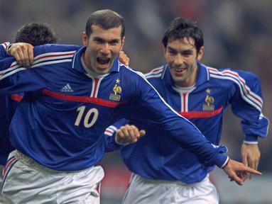 Kemenangan Tim Nasional Prancis pada perhelatan Piala Dunia 1998 dan Piala Eropa 2000 tak lepas dari penampilan gemilang pemain gelandang serang ini. Namun yang paling mengesankan ketika pemain berketurunan Aljazair ini menunjukkan aksi sihirnya di Piala Eropa tahun 2000 silam (Foto: AFP/P. Hertzog)