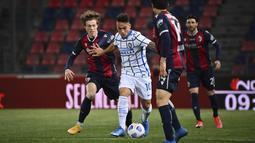 Striker Inter Milan, Lautaro Martinez, berusaha melewati pemain Bologna pada laga Serie A di Stadion Renato Dall'Ara, Sabtu (3/4/2021). Inter Milan menang dengan skor 1-0. (Massimo Paolone/LaPresse via AP)