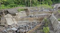 Bendungan yang disebut cek dam bernilai Rp 48,5 miliar itu menghambat aliran lahar dingin dari Gunung Gamalama. (Liputan6.com/Hairil Hiar)