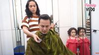 Ussy Sulistiawaty cukur rambut Andhika Pratama (Sumber: YouTube/Ussy Andhika Official)