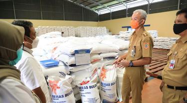 Gubernur Jawa Tengah, Ganjar Pranowo melakukan tinjauan ke gudang Bulog Banaran Delanggu Klaten