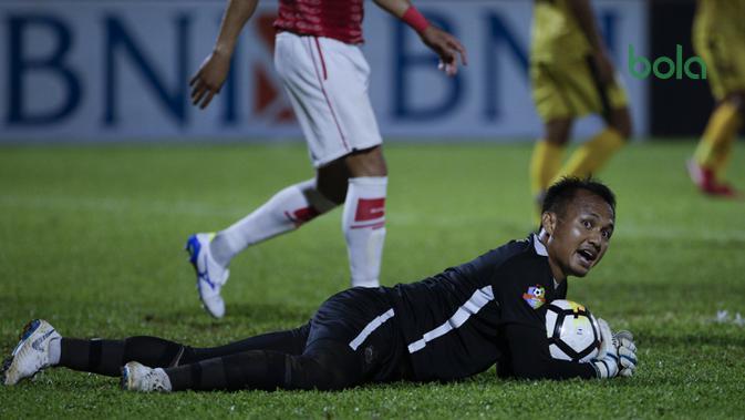 Kiper Bhauangkara FC, Wahyu Tri Nugroho, menangkap bola saat melawan Persipura Jayapura pada laga Liga 1 di Stadion PTIK, Jakarta, Senin (18/11). Bhayangkara menang 2-0 atas Persipura. (Bola.com/Vitalis Yogi Trisna)