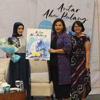 Peluncuran Buku Antar Aku Pulang karya Lona Kharisma