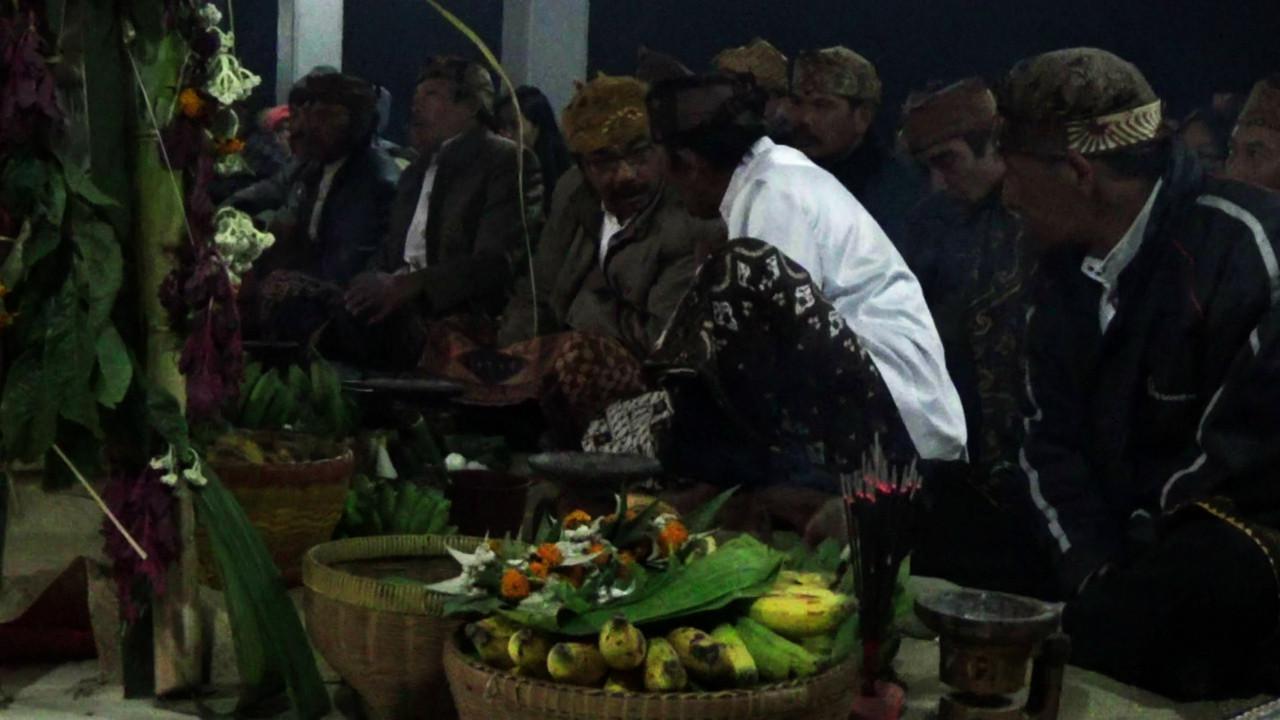 Usai melakukan upacara persembahyangan, umat Hindu Tengger berjalan ke Gunung Bromo sambil membawa ongkek untuk dilabuh ke kawah Gunung Bromo. (Liputan6.com/Dian Kurniawan)