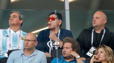 Gaya mantan bintang sepak bola, Diego Maradona (tengah atas) saat menyaksikan laga antara Argentina dan Islandia dalam penyisihan Grup D Piala Dunia 2018 di Stadion Spartak, Moskow, Rusia, Sabtu (16/6). (AP Photo/Ricardo Mazalan)