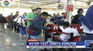 Akibat adanya pembaruan sistem E-Ticketing Commuter Line hingga harus beralih menggunakan tiket kertas, antrean penumpang di Stasiun Jabodetabek membludak.