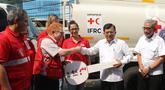 Ketua Umum PMI, Jusuf Kalla secara simbolis menerima kendaraan bantuan dari Kepala IFRC Perwakilan Indonesia-Timor Leste dan ASEAN, Jan Gelfand di Markas PMI Pusat, Jumat (17/1/2020). IFRC menyerahkan bantuan berupa 10 unit truk tangki air dan satu truk barang. (Liputan6.com/Herman Zakharia)