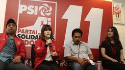 Ketua Umum PSI Grace Natalie (dua kiri) memberi keterangan saat jumpa pers permintaan maaf penyebar fitnah dan foto hoax terhadap dirinya di Jakarta, Senin (19/11). Penyebar meminta maaf langsung kepada Grace Natalie. (Liputan6.com/Herman Zakharia)