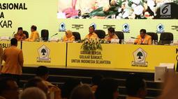 Ketum Partai Golkar, Airlangga Hartanto (kedua kanan) dan Ketua penyelenggara Rapimnas dan Munaslub Golkar, Nurdin Halid (kanan) saat memimpin sidang paripurna munaslub Partai Golkar di Senayan, Jakarta ,Selasa (19/12). (Liputan6.com/Angga Yuniar)