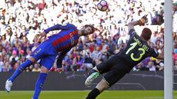 Bek FC Barcelona, Gerard Pique (kiri) berusaha menyundul bola ke gawang Villarreal pada lanjutan La Liga pekan ke-36 di Camp Nou stadium, Barcelona (6/5/2017). Barcelona menang 4-1. (AP/Manu Fernandez)