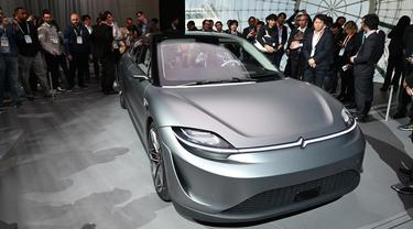 Pengunjung melihat mobil konsep listrik Sony Vision-S pada ajang Consumer Electronics Show (CES) 2020 di Las Vegas, Nevada, Rabu (8/1/2020). Ini adalah mobil sedan konsep listrik yang menampilkan 33 sensor berbeda di dalam dan di luar bodi. (Robyn Beck / AFP)
