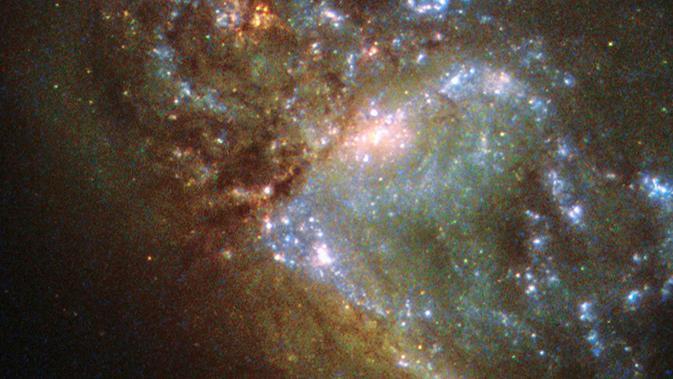 Dua galaksi bertabrakan. Momen ini direkam oleh teleskop angkasa luar Hubble milik NASA. (Adamo et al., ESA/NASA)#source%3Dgooglier%2Ecom#https%3A%2F%2Fgooglier%2Ecom%2Fpage%2F%2F10000