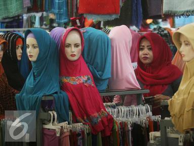 Seorang paramuniaga mengawasi model jilbab yang di jual di pasar Beringharjo, Yogyakarta, Rabu, (8/6/2016). Saat bulan ramadan, penjualan pakaian muslim mengalami peningkatan. (Liputan6.com/Boy Harjanto)
