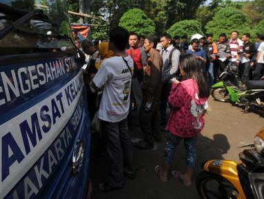 Warga mengantri di Gerai Pelayanan Samsat Keliling di Jalan Kalibata Raya, Jakarta, Senin (11/7). Pasca libur lebaran 2016, gerai Samsat Keliling kembali beroperasi melayani pembayaran pajak kendaraan bermotor. (Liputan6.com/Helmi Fithriansyah)