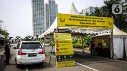 Petugas memeriksa kendaraan pengunjung di  Taman Impian Jaya Ancol, Jakarta, Sabtu (11/10/2021).  Kawasan rekreasi Taman Impian Jaya Ancol menjadi salah satu dari 20 destinasi wisata yang direkomendasikan beroperasi kembali dalam uji coba pembukaan kawasan rekreasi. (Liputan6.com/Faizal Fanani)