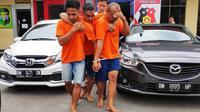 Otak pelaku perampokan rumah janda beranak tiga di Riau dipapah pelaku lainnya karena ditembak polisi. (Liputan6.com/M Syukur)