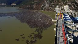 Foto dari udara memperlihatkan hamparan sampah menyumbat Sungai Drina dekat Kota Visegrad, Bosnia, Selasa (5/1/2021). Anak Sungai Drina di Montenegro, Serbia, dan Bosnia membawa lebih banyak limbah setelah sungai tersebut meluap. (AP Photo/Eldar Emric)