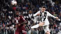Gelandang Juventus, Federico Bernardeschi, melepaskan tendangan saat melawan Torino pada laga Serie A di Stadion Allianz, Turin, Jumat (3/5). Kedua klub bermain imbang 1-1. (AFP/Marco Bertorello)