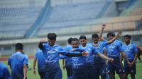 Suasana latihan Persib Bandung di Stadion Gelora Bandung Lautan Api (GBLA). (Bola.com/Erwin Snaz)