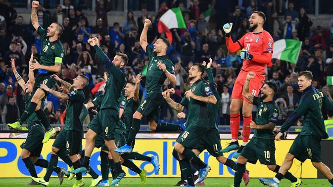 Para pemain Italia merayakan kemenangan atas Yunani pada laga Kualifikasi Piala Eropa 2020 di Stadion Olimpico, Roma, Sabtu (12/10). Italia menang 2-1 atas Yunani. (AFP/Alberto Pizzoli)