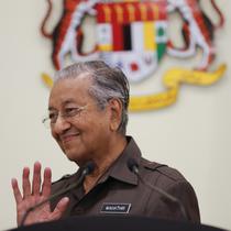 Perdana Menteri Malaysia Mahathir Mohamad melambaikan tangan ke media setelah konferensi pers di Putrajaya, Malaysia, 15 April 2019. Tak ada penjelasan resmi terkait alasan di balik keputusan ini, apalagi selama ini rezim Mahathir tidak mengalami kontroversi. (AP Photo/Vincent Thian)