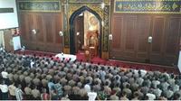 Jenazah Anggi Tofik istri Kapolres Tulungagung beserta Bripda Lutfi ajudannya, disholatkan di Masjid Arif Nurul Huda Polda Jatim oleh ratusan polisi. (Suarasurabaya.net/Istimewa)