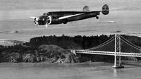 Pesawat terbang Amelia Earhart sedang melakukan penerbangan uji coba sebelum meninggalkan Bandara Oakland di California pada 14 Maret 1937. (Sumber AP)