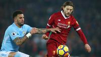 Pemain Liverpool, Adam Lallana berebut bola dengan pemain Manchester City, Kyle Walker pada pekan ke-23 Premier League 2017-2018 di Anfield Stadium, Minggu (14/1). Liverpool memberikan kekalahan pertama bagi Manchester City 4-3. (AP/Dave Thompson)