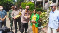 Kepala Polresta Pekanbaru Komisaris Besar Pria Budi menyerahkan bantuan beras kepada warga terdampak Covid-19. (Liputan6.com/M Syukur)
