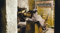 Foto berwarna dari harta karun di makam Firaun Tutankhamun yang dipotret Harry Burton pada tahun 1926. Dok: Universitas Oxford via Christie's