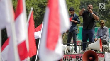 Massa Aliansi Masyarakat Indonesia Timur berorasi saat berunjuk rasa di depan Istana Merdeka, Jakarta, Senin (2/9/2019). Massa menyatakan bahwa Papua tetap NKRI dan meminta pemerintah mengusut tuntas kasus rasis yang berujung konflik. (Liputan6.com/Faizal Fanani)